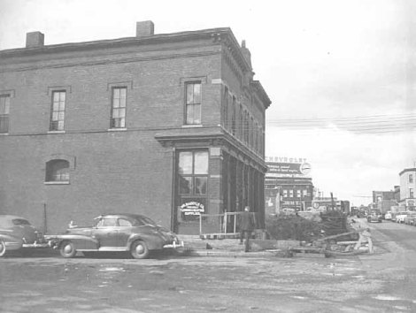 Shops at the intersection of Rice and Aurora Streets in 1951. Courtesy Minnesota Historical Society