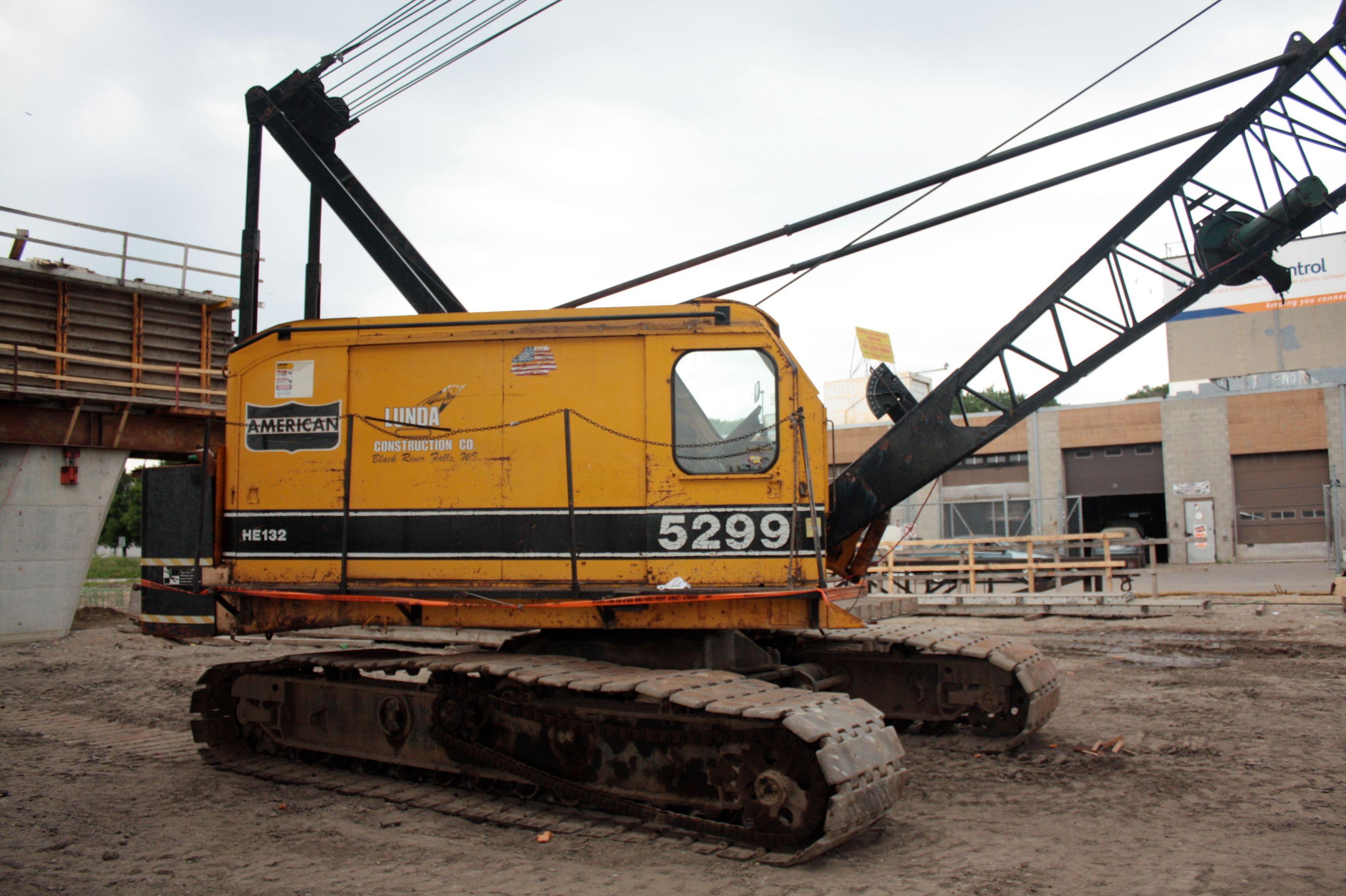 A quintessential American Hoist and Derrick 5299 crawler crane.