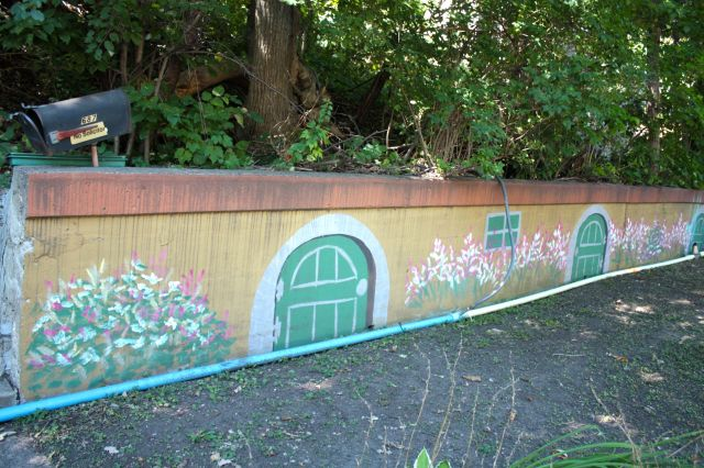 The retaining wall in front of 687 Lex is cheerfully painted, giving the impression of perpetual spring.