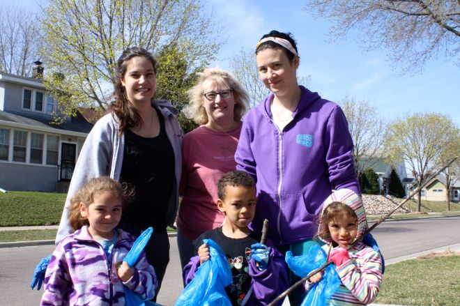 Kaitlin Fierst, her sister, their children and mom.