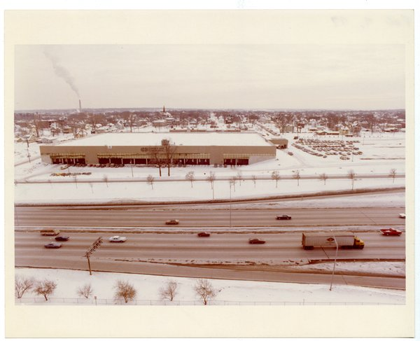 The Control Data World Distribution Center as seen from the air in 1979. I-94 is in the foreground; the smokestack in the background is the old NSP High Bridge Power Plant. Photo courtesy U of M Charles Babbage Library.