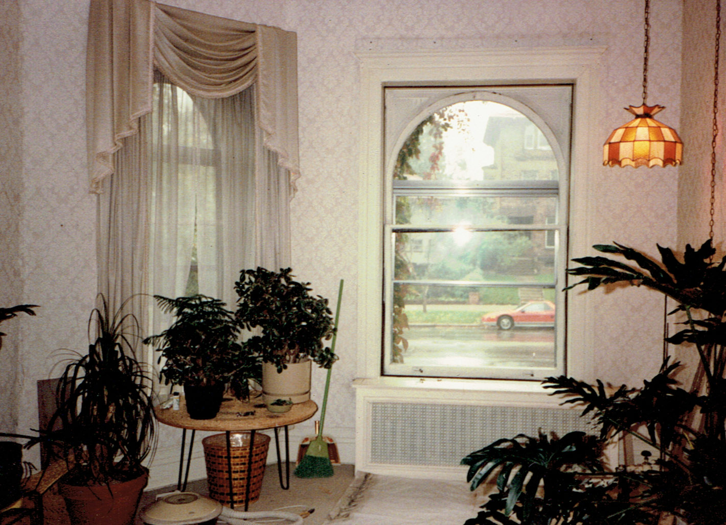 When Dick bought 953 Summit, the decoration of the front room included wallpaper, white painted trim, carpeting and a very 70s lamp.
