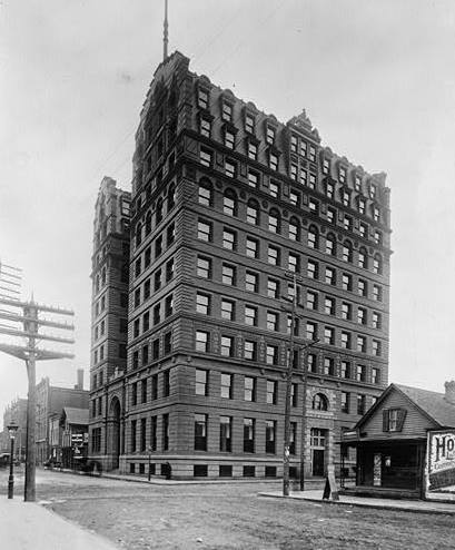 The New York Life Building stood at Minnesota and East 6th Street.