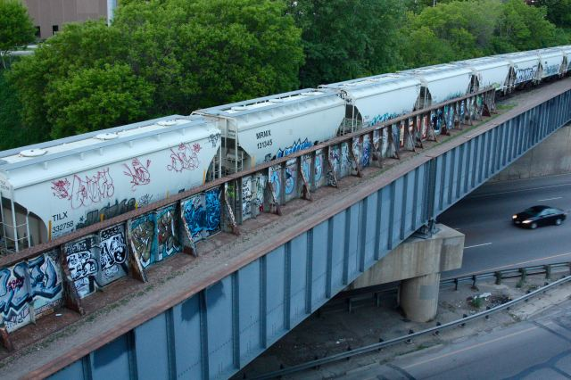 The view from the Pelham Parkway bridge. From here there's no doubt how prevalent the tagging of the railroad cars and bridge is. The black car is traveling on westbound 94.