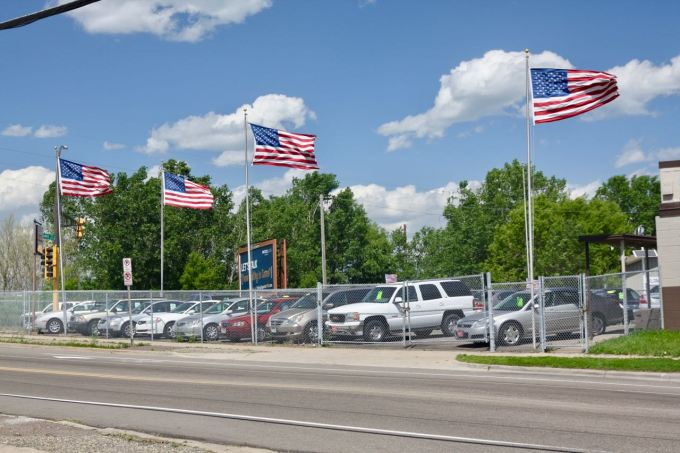 What is it with American flags and car lots? This one is at the triangular intersection of Western and Como Avenue.
